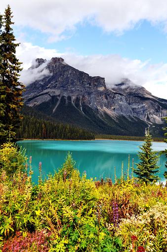 ヨーホー国立公園「美しいエメラルド湖、ヨーホー国立公園、カナダ」:スマホ壁紙(2)