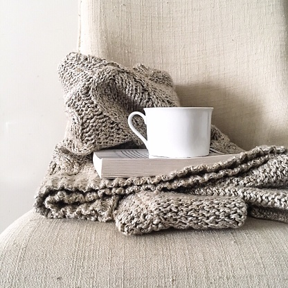 Warm Clothing「Cup And Book In Sweater At Home」:スマホ壁紙(8)