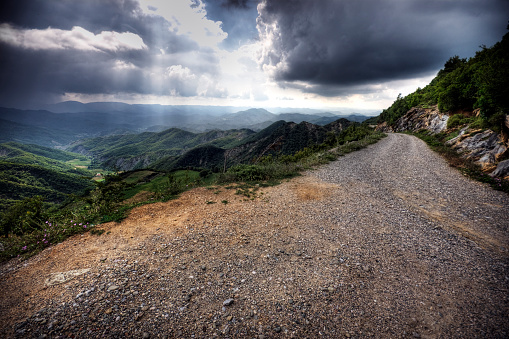 Albania「View of road through green mountains on a cloudy day」:スマホ壁紙(11)