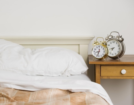 Motel「Unmade bed with alarm clocks」:スマホ壁紙(11)