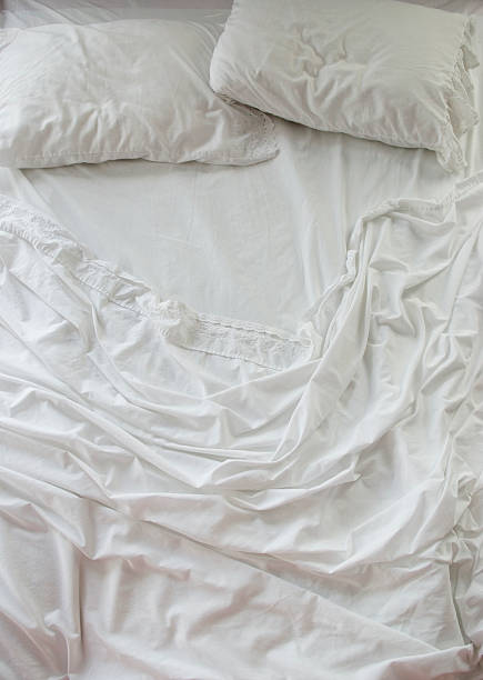 Unmade bed with white sheets:スマホ壁紙(壁紙.com)