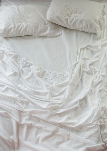 Duvet「Unmade bed with white sheets」:スマホ壁紙(8)