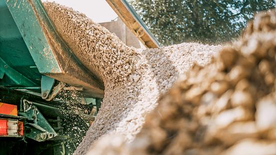 Construction Vehicle「Gravel falling of digger at construction site」:スマホ壁紙(1)