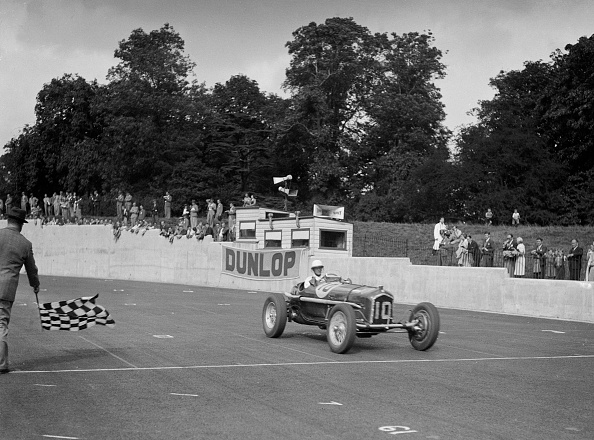 Auto Racing「Alfa Romeo of Kenneth Evans taking the chequered flag at Crystal Palace, 1939」:写真・画像(14)[壁紙.com]