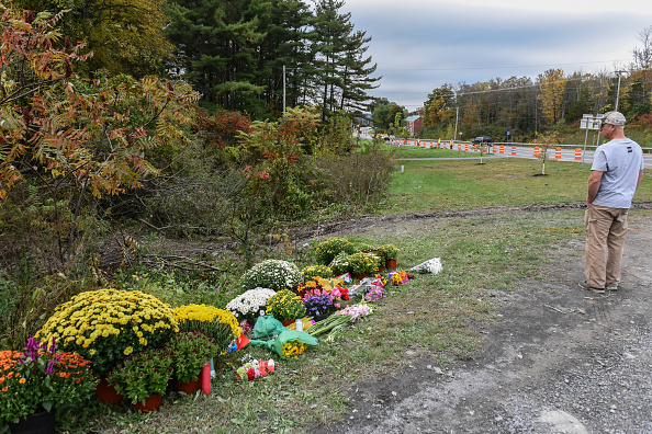 Mourner「Local Residents Mourn 20 Victims Of Weekend Limousine Crash In New York State」:写真・画像(10)[壁紙.com]