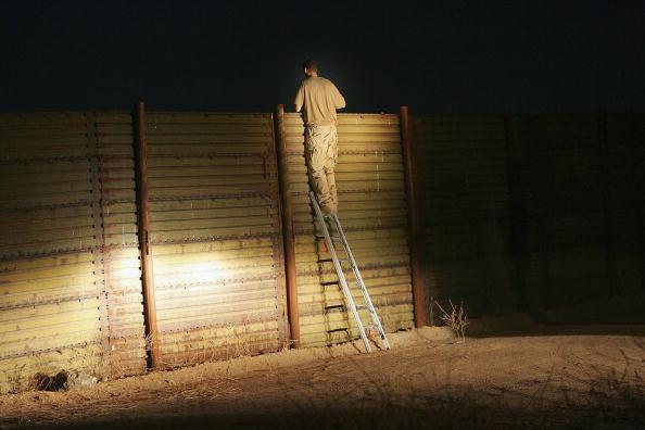 Vigilante「Minutemen Break-Away Group Patrols California-Mexico Border」:写真・画像(7)[壁紙.com]