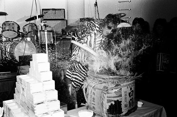 Sake「Rod Stewart Of The Faces Opening A Sake Barrel At The Reception」:写真・画像(12)[壁紙.com]