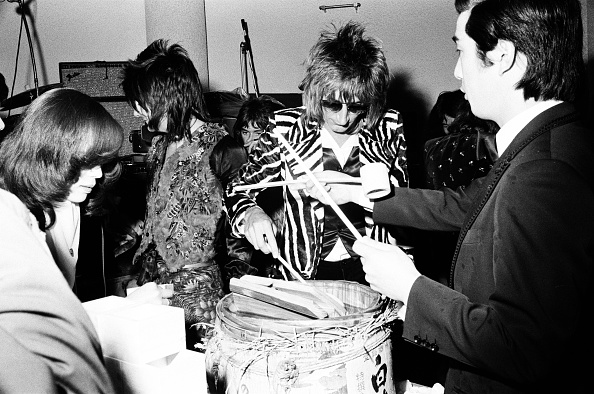 Sake「Rod Stewart Of The Faces Drinking Sake At The Reception」:写真・画像(15)[壁紙.com]
