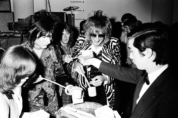Sake「Rod Stewart, Ron Wood And Ian Mclagan Of The Faces Drinking Sake At The Reception」:写真・画像(14)[壁紙.com]