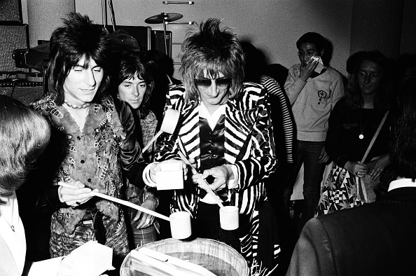 Sake「Rod Stewart, Ron Wood And Ian Mclagan Of The Faces Drinking Sake At The Reception」:写真・画像(12)[壁紙.com]