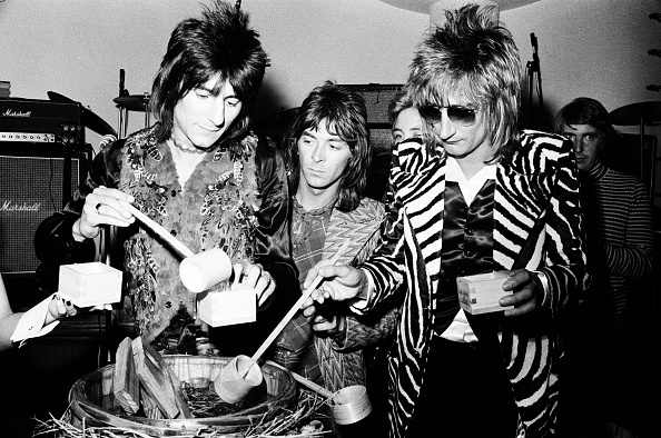 Sake「Rod Stewart, Ron Wood And Ian Mclagan Of The Faces Drinking Sake At The Reception」:写真・画像(15)[壁紙.com]