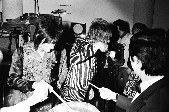 Sake「Rod Stewart And Ron Wood Of The Faces Drinking Sake At The Reception」:写真・画像(10)[壁紙.com]