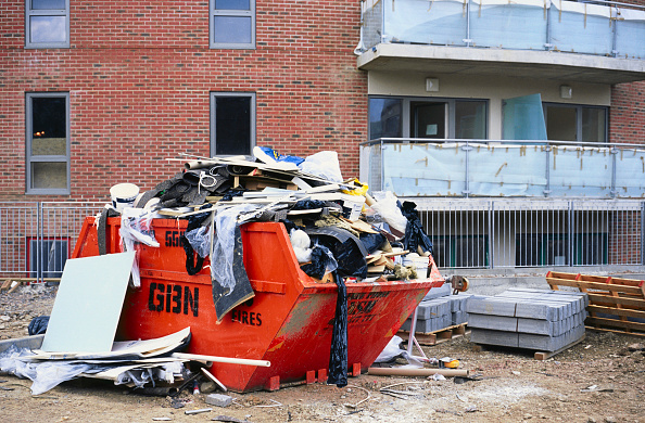 Full「Overloaded skip on a building site.」:写真・画像(1)[壁紙.com]