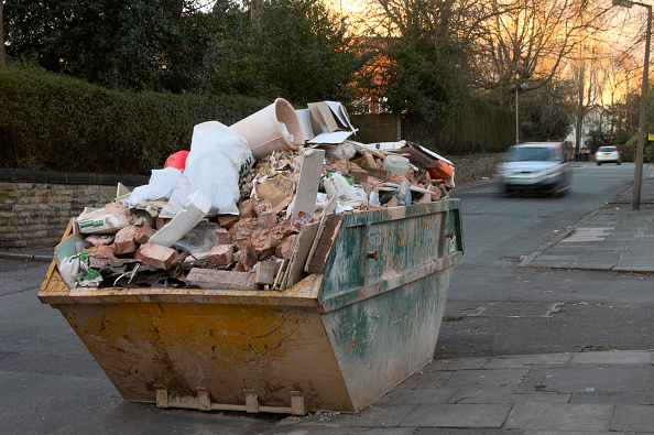 Recycling「Overloaded skip on a London street」:写真・画像(1)[壁紙.com]
