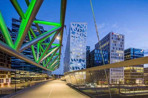 Footbridge「The Akrobaten (the acrobat) pedestrian bridge (designed by L2 Architects) and the Bjørvika Barcode (masterplan designed by MVRDV of Rotterdam and the Norwegian firms DARK Architects and A-lab)」:スマホ壁紙(14)