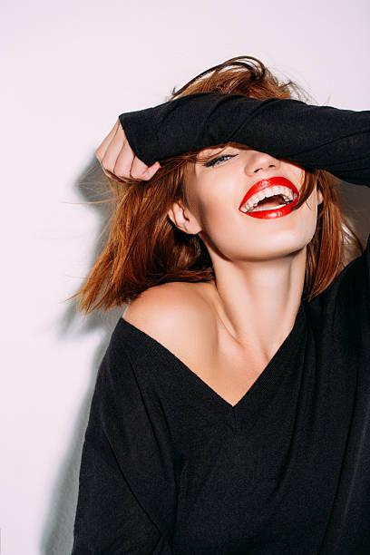 大きな口を開けて笑う女性がおしゃれでかっこいい壁紙