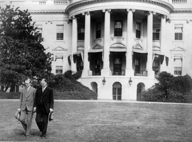 The old President of the United States of America Calvin Coolidge (l.) and the new Herbert Hoover. Photograph. 1929. (Photo by Imagno/Getty Images) Der alte US-Präsident Calvin Coolidge (l.) und der neue Herbert Hoover vor dem Weißen Haus in Washington.:ニュース(壁紙.com)