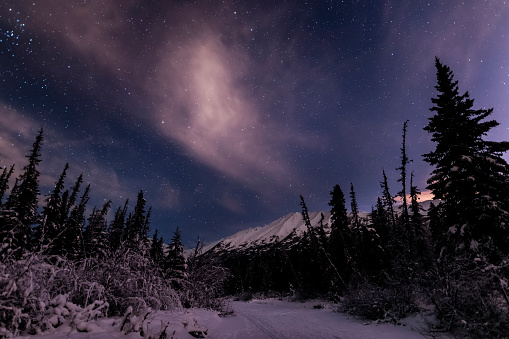 星空「Night skies above Chugach Mountains and Eagle River Valley on winter solstice in South-central Alaska」:スマホ壁紙(11)