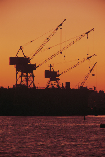 Receiving「Silhouette of cranes at port at sunset」:スマホ壁紙(8)