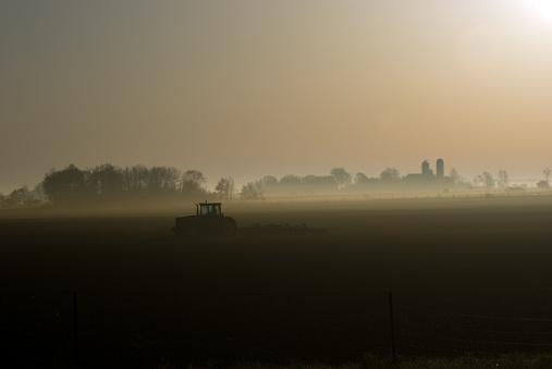 Planting「Silhouette of Tractor on Field at Foggy Dawn」:スマホ壁紙(7)