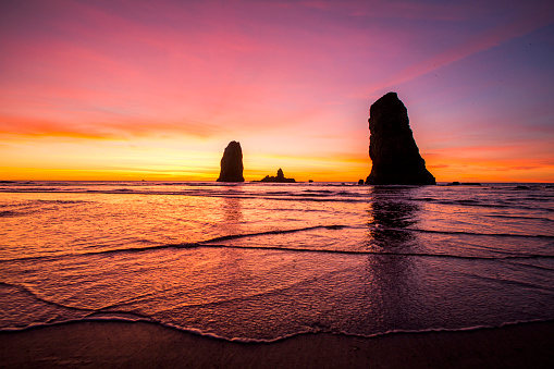 Cannon Beach「Silhouette of rock formations on Cannon Beach at sunset, Oregon, United States」:スマホ壁紙(5)