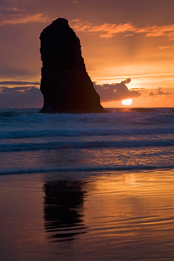 Cannon Beach「Silhouette Of A Rock Formation At Sunset; Cannon Beach, Oregon, United States Of America」:スマホ壁紙(6)
