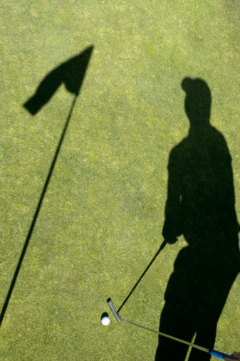 Putting - Golf「Silhouette of golfer getting ready to putt」:スマホ壁紙(13)