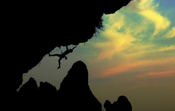 Climbing「silhouette of a Rock climber」:写真・画像(1)[壁紙.com]