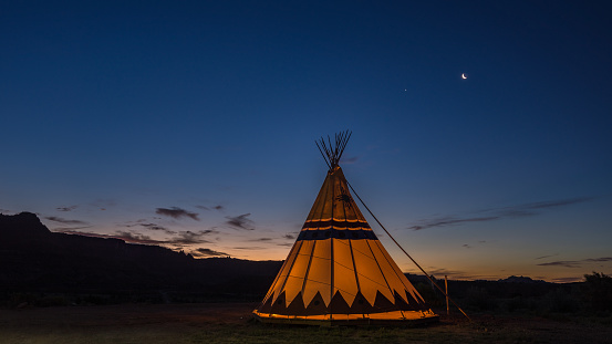 Utah「Silhouette of a Teepee tent at sunrise, Utah, America, USA」:スマホ壁紙(9)