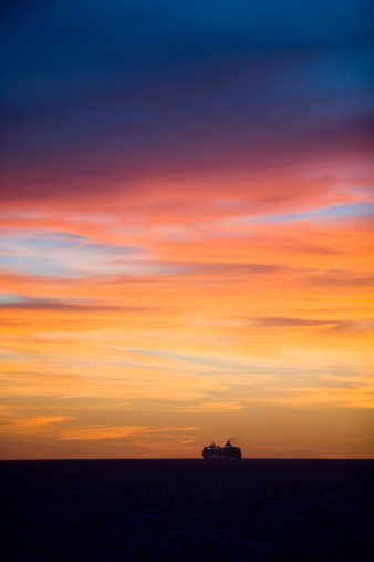 Buenos Aires「Silhouette of cruiseship MSC Lirica (MSC Cruises) on Rio de la Plata at sunset.」:スマホ壁紙(11)