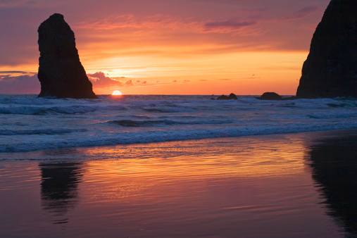 Cannon Beach「Silhouette Of Haystack Rock And Other Rock Formations At Sunset」:スマホ壁紙(19)