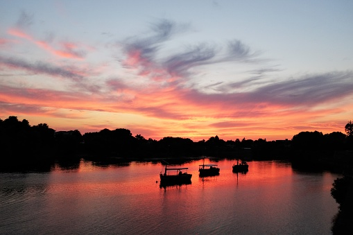 Nouvelle-Aquitaine「Silhouette of boats on Dordogne river at sunset, Bergerac, France」:スマホ壁紙(16)