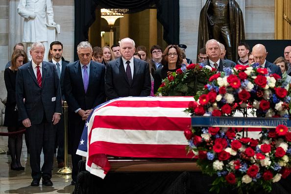 Drew Angerer「President George H.W. Bush Lies In State At U.S. Capitol」:写真・画像(15)[壁紙.com]
