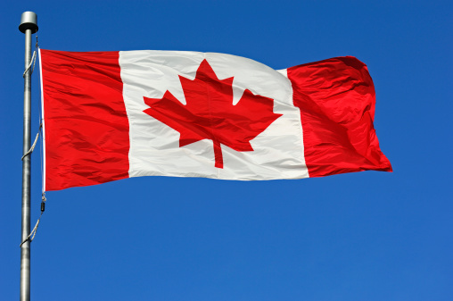 かえでの葉「Canadian flag on blue sky」:スマホ壁紙(9)