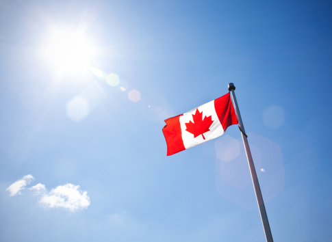 Low Angle View「Canadian flag with lens flare」:スマホ壁紙(12)
