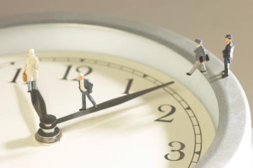 Figurine「Businessmen figurines walking on a clock」:スマホ壁紙(7)