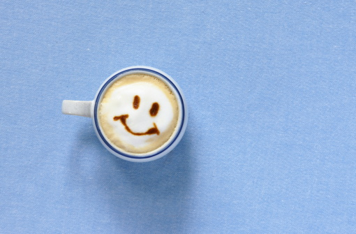 カフェラテ「Latte with smiling face shaped foam,aerial view」:スマホ壁紙(14)