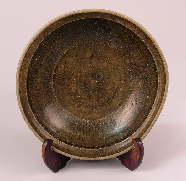 Shallow「Bowl made with short, shallow rounded sides rising from a flat wide base, with the interior impressed with swimming carp」:写真・画像(18)[壁紙.com]