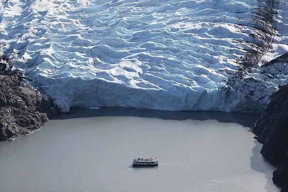 Glacier「Scientists Study Ice Melt On The Wolverine Glacier In Alaska」:写真・画像(2)[壁紙.com]