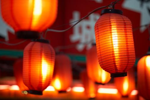 Paper Lantern「China, Beijing, paper lanterns hanging outdoors at night, close-up」:スマホ壁紙(15)