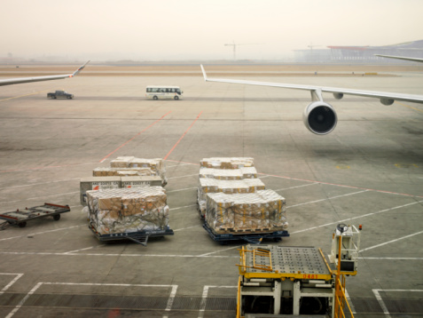 Bus「China, Beijing, cargo and airplane wing at airport」:スマホ壁紙(14)