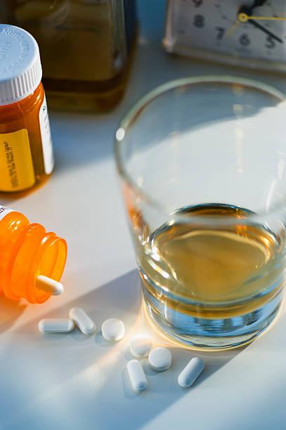 Pills and alcohol, studio shot:スマホ壁紙(壁紙.com)