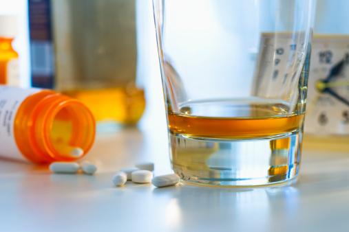 Drug Overdose「Pills and alcohol, studio shot」:スマホ壁紙(16)