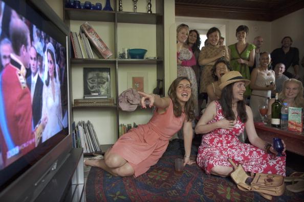 Watching TV「Ex-pats In Kabul Watch Royal Wedding」:写真・画像(6)[壁紙.com]