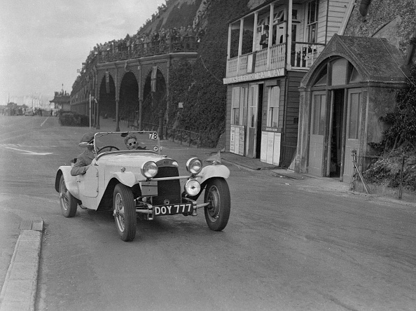 Water's Edge「HRG of MH Lawson competing in the RAC Rally, Madeira Drive, Brighton, 1939」:写真・画像(9)[壁紙.com]