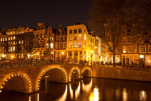 Amsterdam「Canal bridge illuminated at night, Amsterdam, Netherlands」:スマホ壁紙(1)