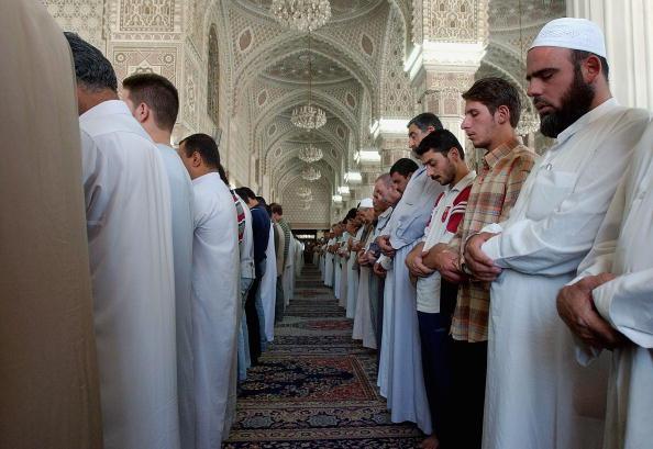 Midsection「Iraqi Sunnis Attend Friday Prayer」:写真・画像(5)[壁紙.com]