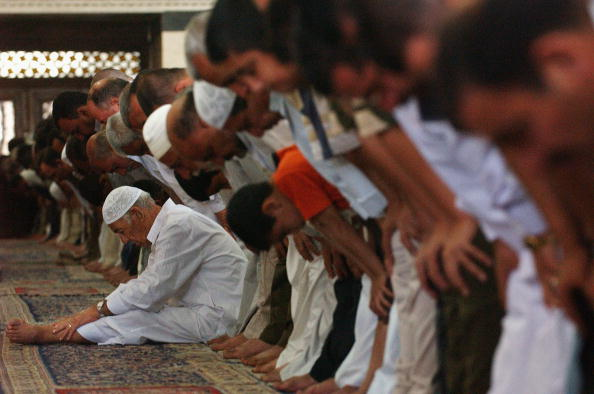 Mid Adult「Iraqi Sunnis Attend Friday Prayer」:写真・画像(1)[壁紙.com]