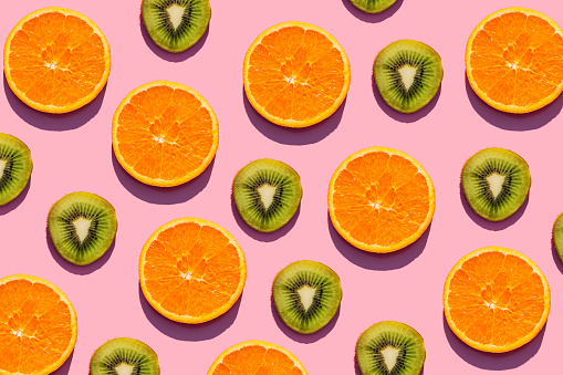 Kiwi「Pattern of orange and kiwi fruit slices against pink background」:スマホ壁紙(19)