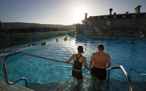People Relax At The Bath Spa Before The Christmas Festivities:ニュース(壁紙.com)